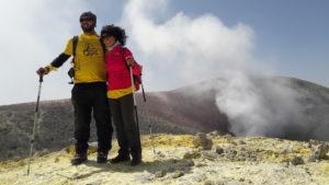 L'immagine raffigura Dario Sorgato e Anna Barbaro sulla cima dell'Etna