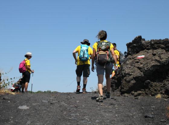 L'immagine raffigura un sentiero del vulcano Etna percorso da varie persone