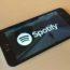 L'immagine raffigura il logo di Spotify visualizzato sullo schermo di uno smartphone Android
