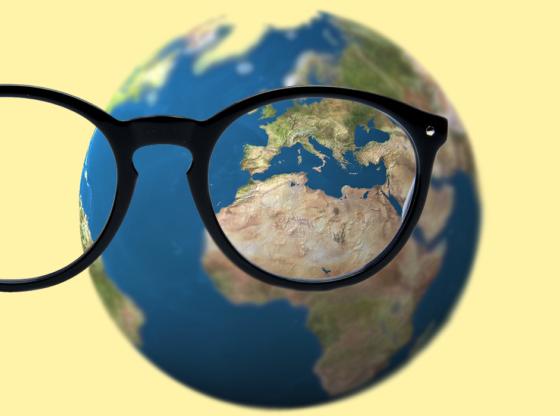 L'immagine mostra un paio di occhiali ed il pianeta Terra sullo sfondo