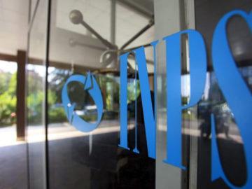 La foto mostra una vetrata con il logo dell'INPS