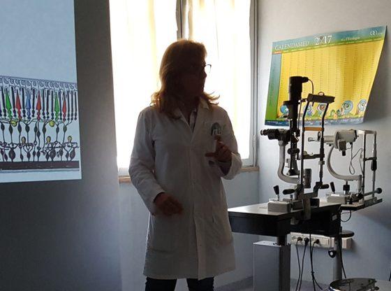 La foto mostra il Medico oculista Caterina Gagliano che illustra le strutture oculari
