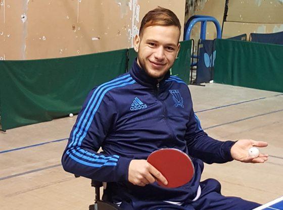 La foto mostra Marco con una racchetta e una pallina da ping pong