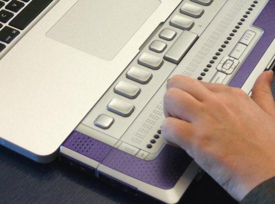 La foto mostra una tastiera Braille per notebook