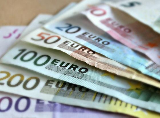 L'immagine mostra vari tagli di banconote