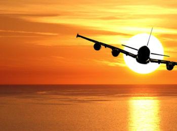 La foto mostra un aereo in volo al tramonto