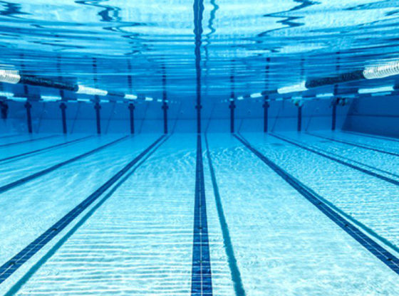La foto subacquea mostra una piscina olimpica