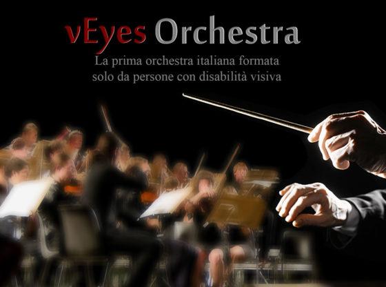 L'immagine mostra il direttore e i musicisti di un'orchestra