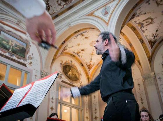 L'immagine mostra Luigi Mariani, Direttore della vEyes Orchestra